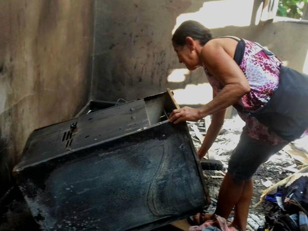 Aposentada diz que perdeu tudo durante o incêndio na noite de domingo (19), no Taquari (Foto: Arquivo pessoal)