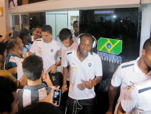 Andrezinho Botafogo Aracaju chegada (Foto: Thales Soares)