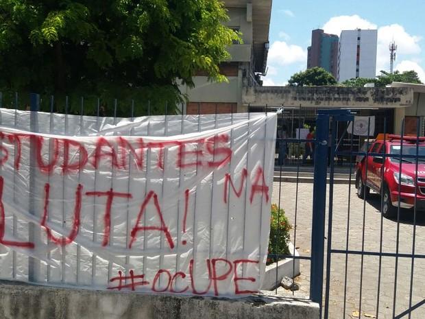 Alunos estenderam faixa na entrada da Faculdade de Enfermagem Nossa Senhora das Graças durante ocupação do campus Santo Amaro da UPE (Foto: Marlon Costa/Pernambuco Press)