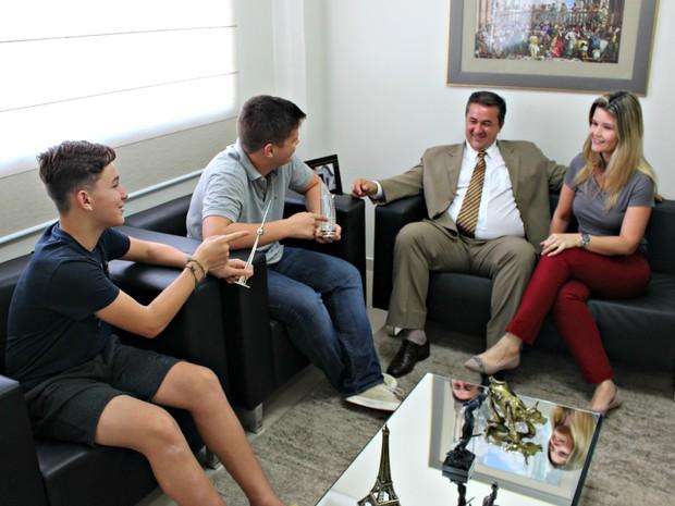 Família relembra viagens no escritório do advogado (Foto: Graziela Rezende/G1 MS)