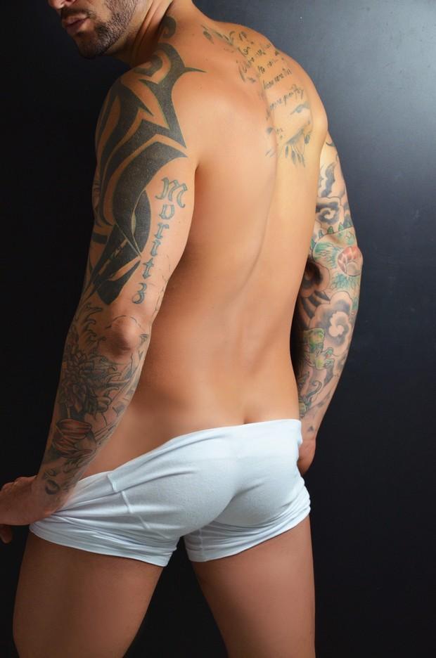 Rodrigo, ex-BBB, posa de cueca (Foto: Fernando Frasão)