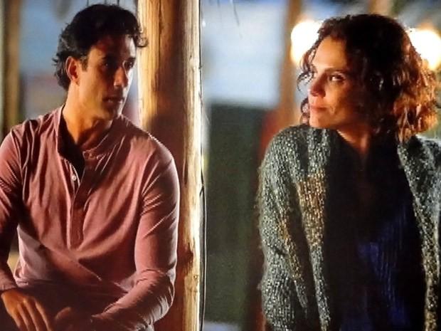 Rola um climinha entre os dois (Foto: Cheias de Charme / TV Globo)