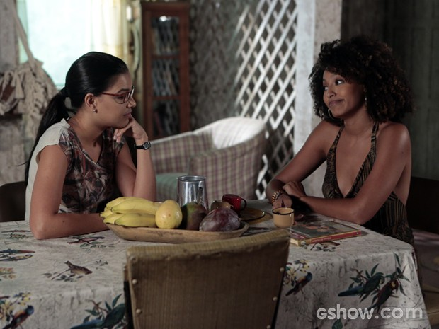 Celina pergunta a Keila se ela ainda gosta de Kléber (Foto: Felipe Monteiro / TV Globo)