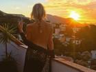 Julia Faria faz topless em terraço de hotel: 'Feche seus olhos. Apaixone-se'