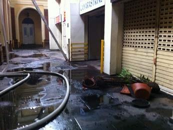 Técnicos fizeram perícia no interior do prédio pela manhã (Foto: Gabriela Haas/G1)