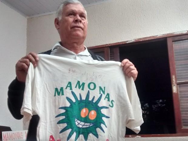 Hidelbrando Alves com uma camiseta autografada pelo filho Dinho (Foto: Douglas Pires / G1)