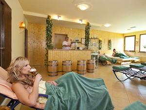 Clientes podem beber cerveja enquanto relaxam depois do banho (Foto: Divulgação/Sklárna)