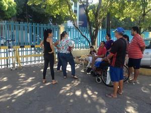 Protesto reuniu pacientes e familiares em frente ao HCAL, em Macapá, amapá, cirurgias, (Foto: Fabiana Figueiredo/G1)