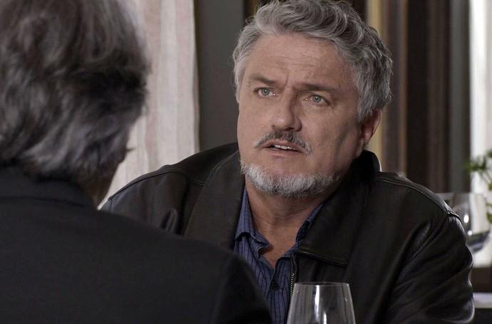 Em restaurante com Aparício, Guido lembra como conheceu Vitória (Foto: TV Globo)