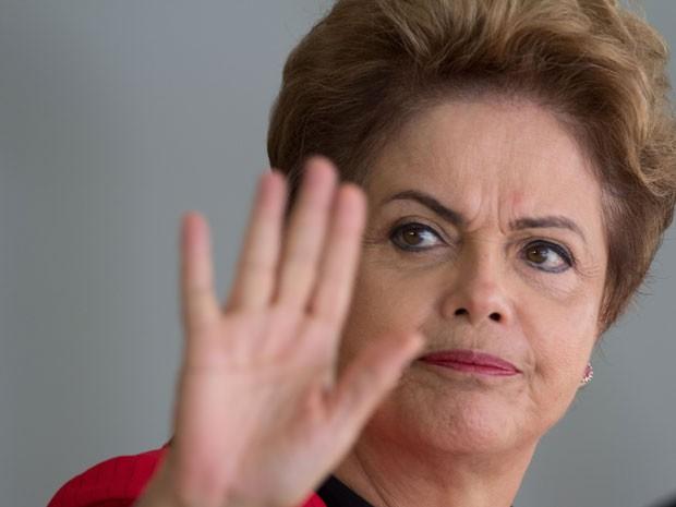 """Jornal cita pedidos de impeachment da presidente Dilma, mas diz que saída """"ainda parece improvável""""  (Foto: AP)"""