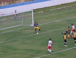 Goleiro Tom salvou Joseense contra o América (Foto: Daniel Mello / CAJ)