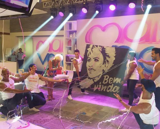 Ana Maria recebe homenagem de dançarinos (Foto: Ivo Modoglio)