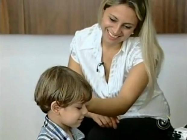 Renata Celizardo da Silva atribui a cura do filho Pedro à fé. (Foto: Reprodução TV Tem)