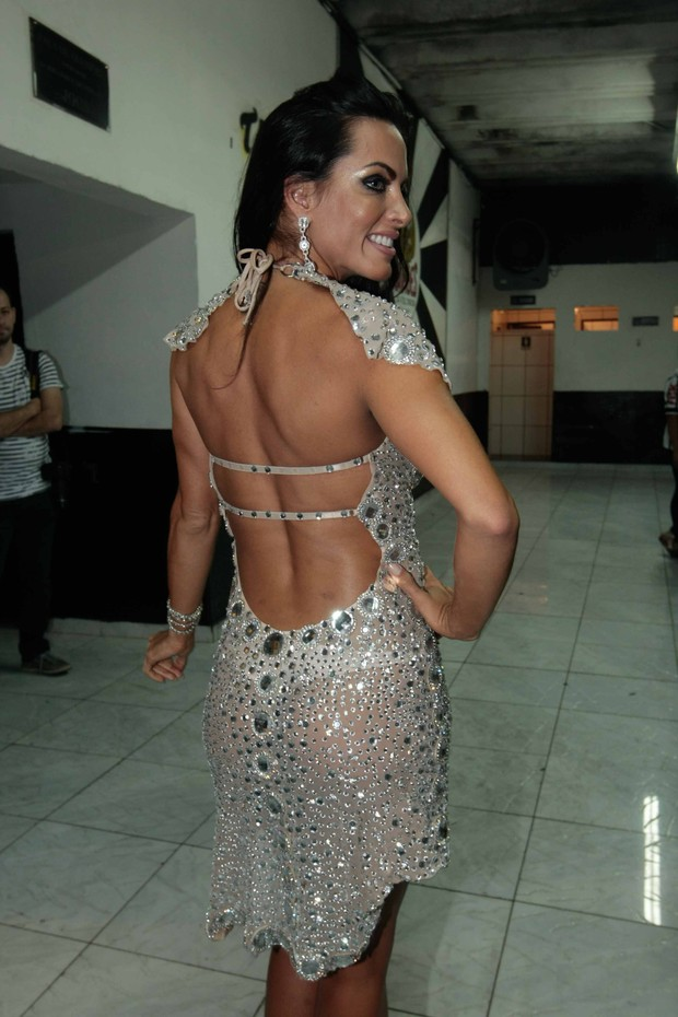 Carla Prata deixa bumbum à mostra com calcinha fio-dental e vestido transparente (Foto: Leo Franco/Ag News)