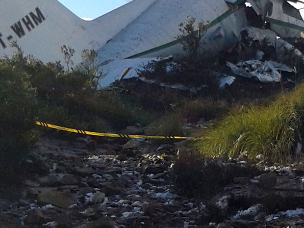 Um avião militar de transporte caiu no leste da Argélia, matando todas as 103 pessoas que estavam a bordo (Foto: Mohamed Ali/AP)