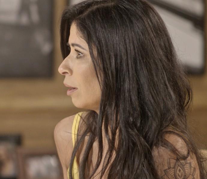 Paula lamenta não poder ir ao Rio com namorado (Foto: TV Globo)