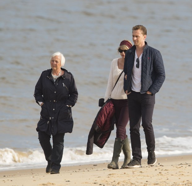 Tom Hiddleston e Taylor Swift com a mãe do ator, Diana (Foto: The Grosby Group)