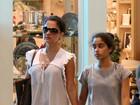 Patrícia França passeia com a filha adolescente em shopping no Rio