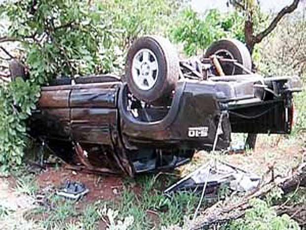 Caminhonete capotada após o acidente (Foto: Reprodução / TV Integração)
