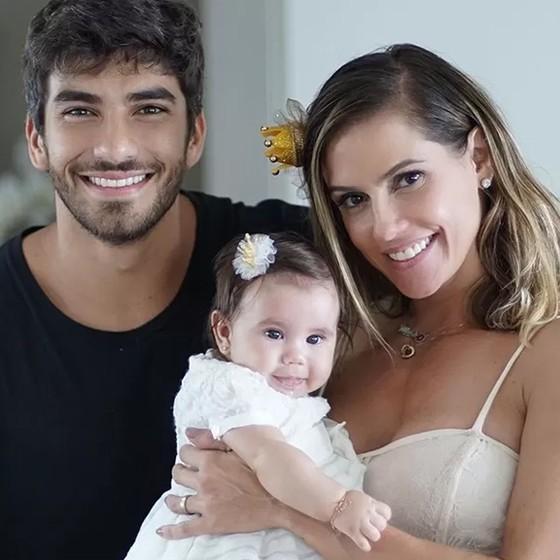 Hugo Moura com a mulher, Deborah Secco, e a filha deles, Maria: quando estão trabalhando, eles matam as saudades da menina por meio de circuito de TV (Foto: Reprodução/ Instragram)
