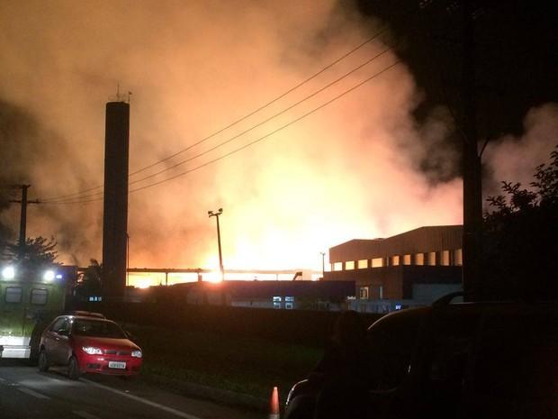 Incêndio de grandes proporções atinge armazém em Paranaguá, no litoral do Paraná (Foto: Fernanda Canovas/RPC)