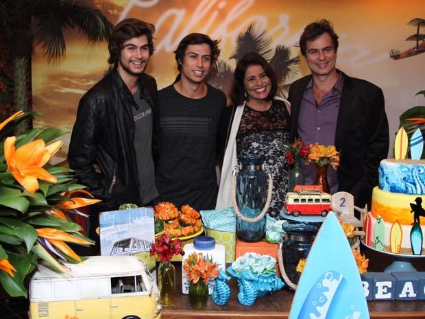 Rafael Vitti e Francisco Vitti com os pais em festa na Zona Oeste do Rio (Foto: Anderson Borde/ Ag. News)