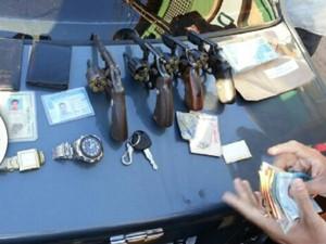 Polícia apreende armas com os suspeitos (Foto: Katylenin França)