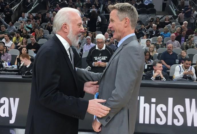 Greg e Kerr, técnicos das equipes, conversam antes da partida (Foto: Divulgação)