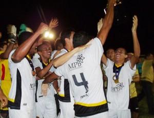 Jogadores do Globo FC festejam título da segunda divisão do RN (Foto: Alisson Felipe/CN Agitos)