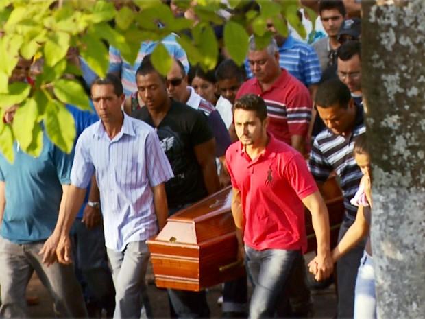 Sargento da PM morto em queda de helicóptero em Fama é enterrado na cidade (Foto: Carlos Cazelato / EPTV)