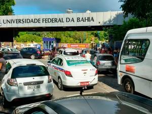 Acesso da UFBA em Ondina é bloqueado em protesto (Foto: Eduardo Oliveira/TV Bahia)