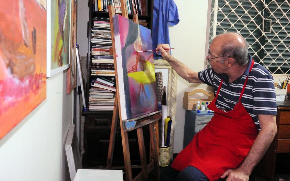 O artista plástico e músico Alcides Maiorino pinta tela em Campinas (Foto: Luciano Calafiori)