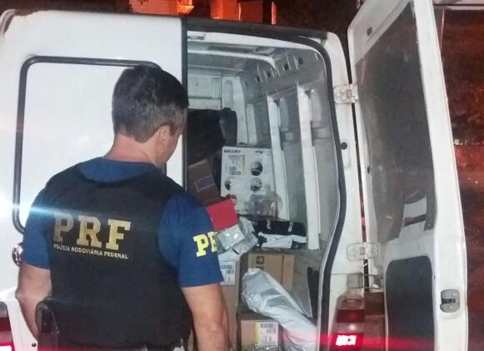 Policiais rodoviários federais encontraram furgão abandonado no local após receberem denúncias (Foto: PRF/Divulgação)