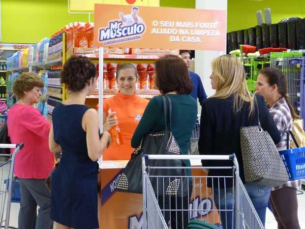 Mr. Músculo Cozinha Desengordurante é sucesso entre as donas de casa (Foto: Sangue Bom/TV Globo)