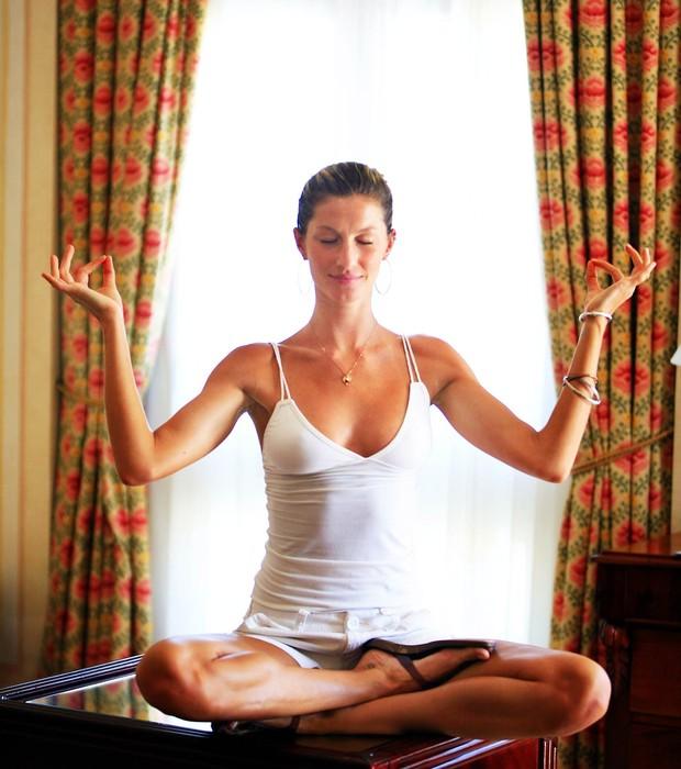 A modelo Gisele Bündchen em pose de meditação. Ela diz que ficou mais calma após começar a praticar com regularidade (Foto: Leonardo Aversa/O Globo)