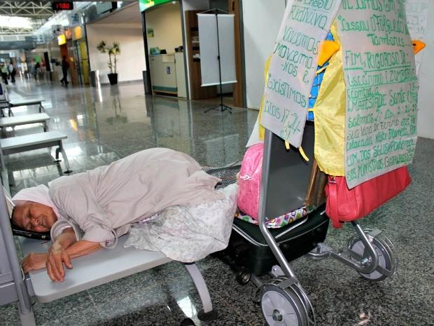 Isaura mostra como dorme no aeroporto  (Foto: Ivanete Damasceno/G1)