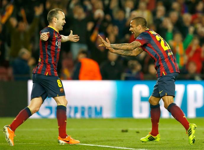 Iniesta Daniel Alves Barcelona (Foto: AP)