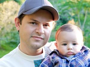 Rodolfo conta que já dominou os truques de cuidar do filho pequeno (Foto: Jimenne G. Della Torre)