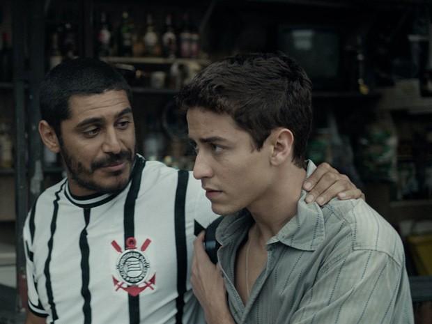 Criolo e Jesuíta Barbosa em cena de 'Jonas' (Foto: Divulgação)