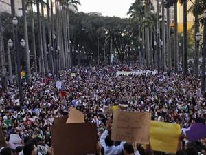 Manifestantes se concentram em frente a Igreja da Sé em São Paulo. (Foto: Gabriela Biló/Futura Press/Folhapress)