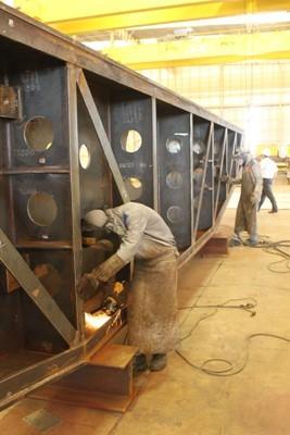 Curso de soldador é oferecido para qualificar funcionários (Foto: Jenifer Zambiazzi/ G1)