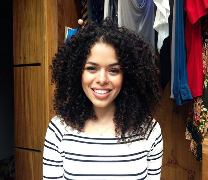 Blogueira Rayza Nicário ensina penteado para cabelo cacheado (Foto: Letícia Souza / Gshow)