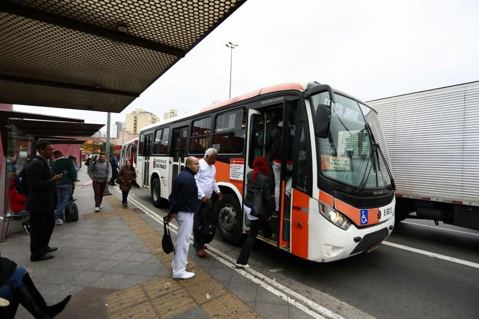 Micro-ônibus circulavam normalmente na região do Largo da Batata, na Zona Oeste (Foto: Marcelo Brandt/G1)