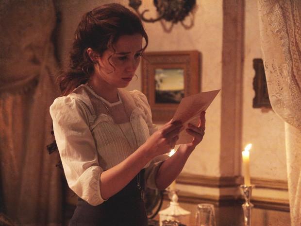Laura lê a carta e fica completamente insegura (Foto: Lado a Lado/Tv Globo)