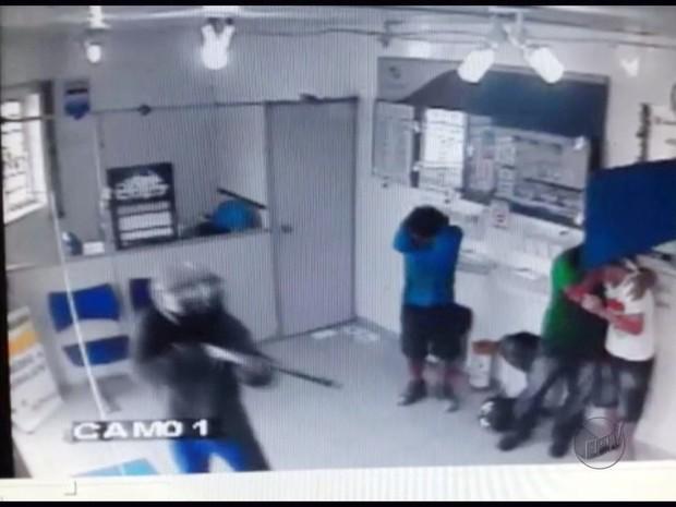 Casa lotérica é assaltada em Inconfidentes (Foto: Reprodução EPTV)