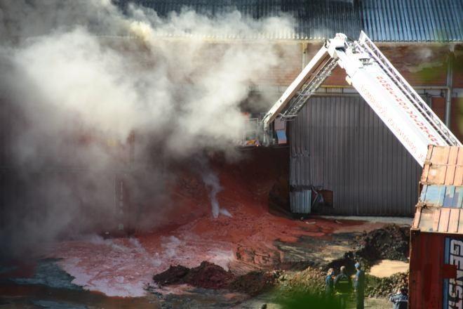 Bombeiros trabalham para resfriar e retirar do depósito 10 mil toneladas de fertilizantes (Foto: Prefeitura de São Francisco do Sul/Divulgação)