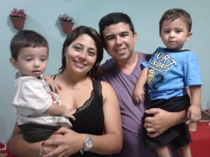 Os pais Luciene e Fabiano Almeida com os filhos gêmeos Emanuel e Samuel, de 1 ano e 9 meses. (Foto: Arquivo Pessoal/Fabiano Almeida)