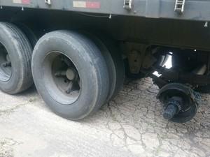Rodado se desprendeu do eixo do caminhão (Foto: Divulgação/PRF)