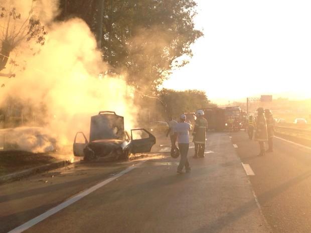 Carro pega fogo na Via Dutra (Foto: Priscila Tanganelli/TV Rio Sul)