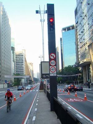 Ciclofaixa da Paulista começa a ser usada por ciclistas na manhã deste domingo (2) (Foto: Roger Modkovski)